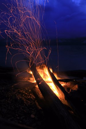 Surge Narrows, Canada : Nothing like a beach fire to round out the evening!