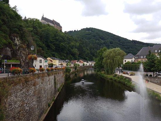 Chateau de Vianden: 河的兩岸(公車站)