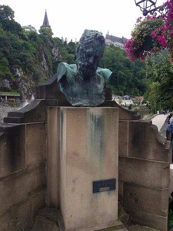 Chateau de Vianden: 雨果雕像