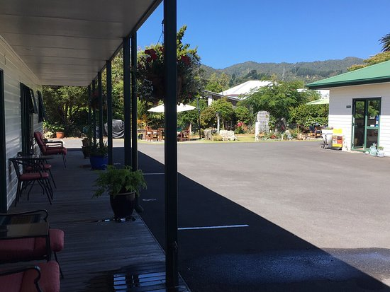 Coromandel Court Motel: View across courtyard and using the BBQ