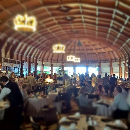 Hotel del Coronado: Busy room but amazing range of top quality foods