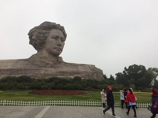 Orange Island Park : The day was very cold and wet but we still had a great walk to see the statue of the young Mao.