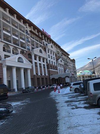 Здание отеля со стороны главной дороги.