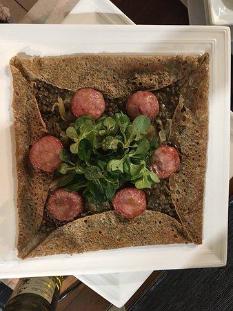 Villefranche-de-Lauragais, Frankreich: Saucisse de Morteau (IGP) à la plancha / lentilles vertes (AOP) / oignons caramélisés / emmental