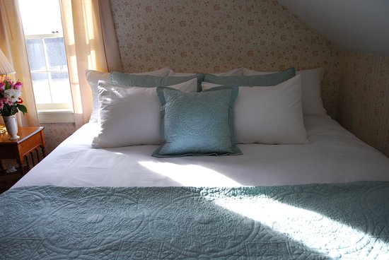 Storrs, Коннектикут: Lots of pillows, soft cotton linens, and Pacific Coast down comforters