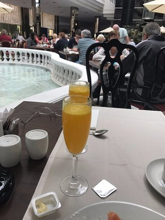 Cleopatra Palace Hotel: Champagne coctails for breakfast