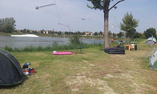 Provincia de Rávena, Italia: Dużo miejsca wokoło do rozłożenia namiotu.