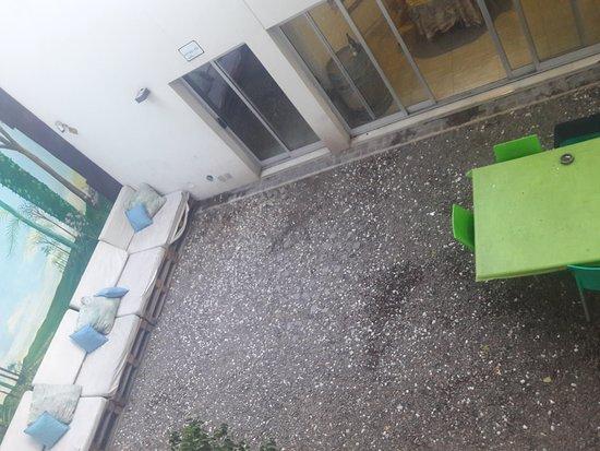 Jaquemate Hostel: Vista del patio del hostel desde la habitación.