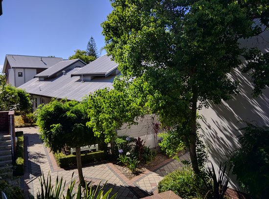 Quest Bunbury Apartment Hotel: Unusual botanicals and shady grounds make just walking to your room a pleasure.