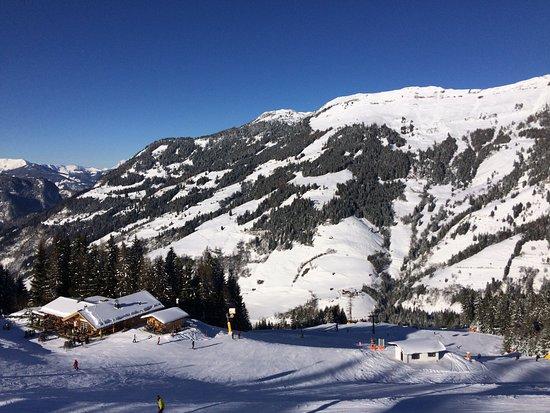 Dorfgastein, Austria: Mitten im Skigebiet (Foto aus der Gondel geschossen)