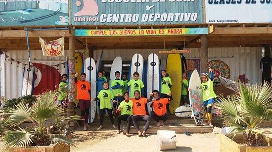 Concón, Chile: mi hijo y amigos en clases de surf , excelente