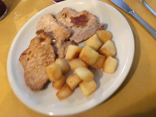 Pont-Saint-Martin, Itália: Lonza di maiale con patate al forno...tenera e gustosa