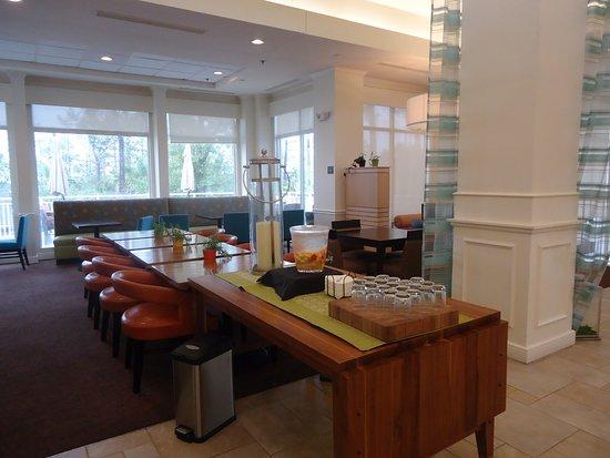 Hilton Garden Inn Hilton Head : Eating area of Lobby