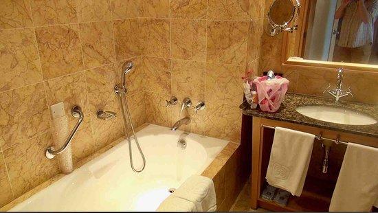 Constantinou Bros Asimina Suites Hotel: Ligbad kamer 103