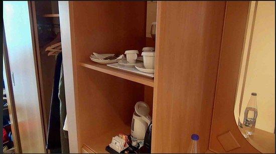 Constantinou Bros Asimina Suites Hotel: Belachelijk kleine kleerkast annex bar in kamer 103