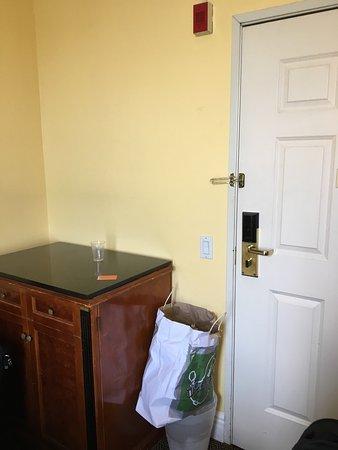 la chambre tr s sale humide des puces des araign es serviettes chang es tous les 3 jours des che. Black Bedroom Furniture Sets. Home Design Ideas