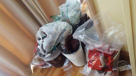 Hotel Santa Costanza: observa o acumulo de lixo não retirado do quarto