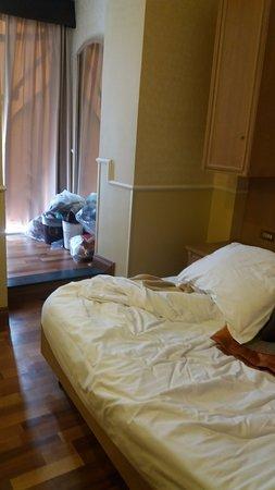 Hotel Santa Costanza: apenas este pequeno armário de cada lado da cama para guardar malas e roupas