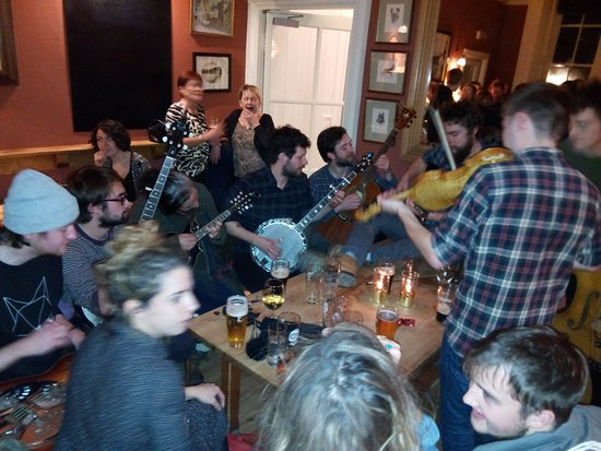 Данкелд, UK: Friday night in the pub