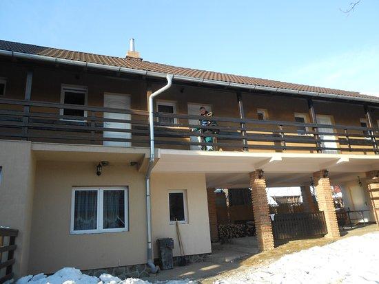 Bisericani, Romania: Szobák a tornácon...