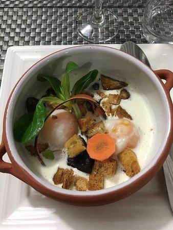 Gien, France: Œuf cocote  Volaille farcie au chorizo  Poire pochée  Excellent! Comme toujours