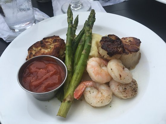 The Boathouse at Rocketts Landing Restaurant: broiled seafood combination: crab cake, shrimp & scallops