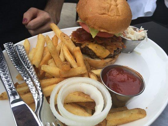 The Boathouse at Rocketts Landing Restaurant: Boathouse burger & fries