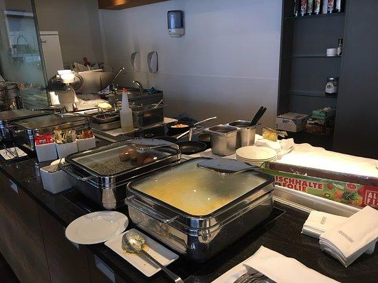 Crowne Plaza Hotel Salzburg - The Pitter: Warmes Frühstücksbuffet - lecker!