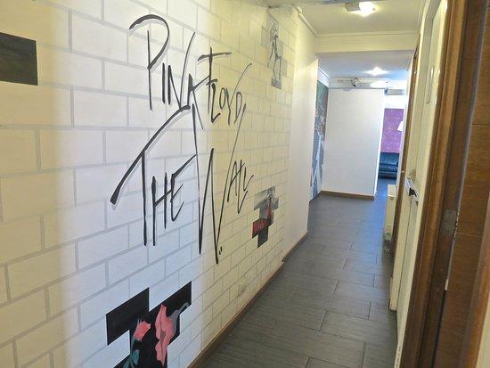 H Rado Hostel: 2nd floor hallway