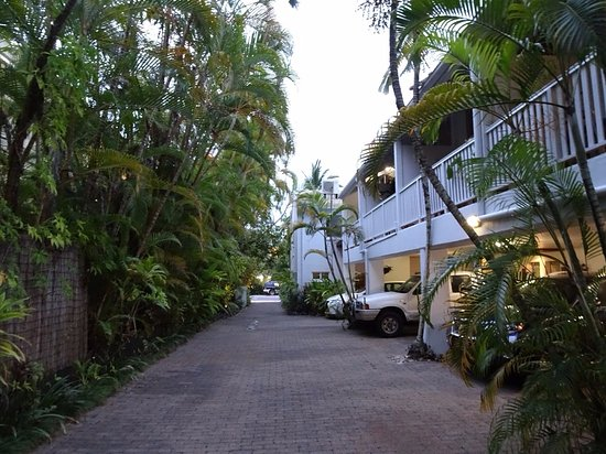 Coral Sea Villas Port Douglas: Narrow and tight parking stalls & driveway