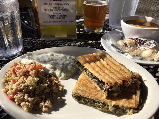 Palm Coast Coffee, Cafe and Pub: Spanakopita with tabouli and tzatziki