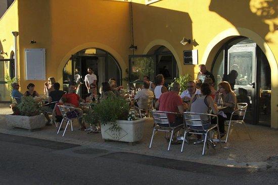 Villeseque-des-Corbieres, Frankrig: La terrasse ombragée, et qui est aujourd'hui en partie couverte ( à clair voie) pour plus de con