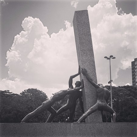 Monument to the 3 Races: Monumento