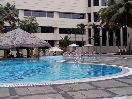 هيلتون كولون جواياكيل: La piscina, muy buena