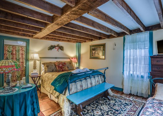 Preston, Κονέκτικατ: The Collette room sleeps up to 3 people. It has a full bath, tv and carafe of sherry.