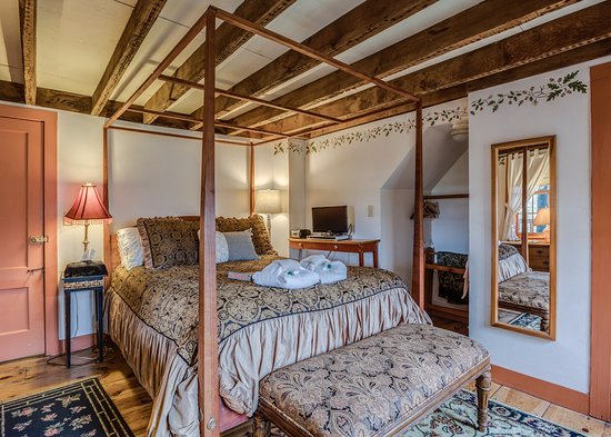 Preston, CT: The Elizabeth room has a queen size 4 poster bed, full bath, fireplace and carafe of sherry.