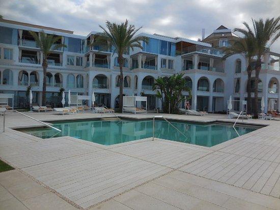 IBEROSTAR Grand Hotel Salome: neu gestaltes Hotelgebäude und Poolbereich