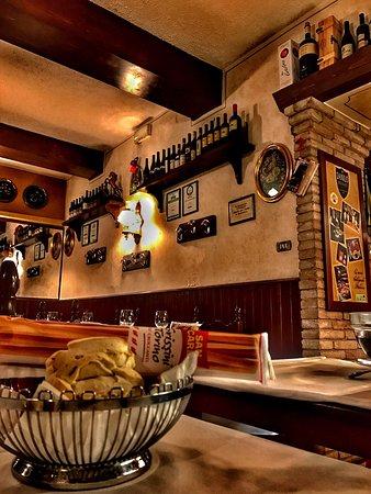 l'interno del ristorante. caldo e accogliente.... servizio ottimo ... - Ristorante La Cucina Modena
