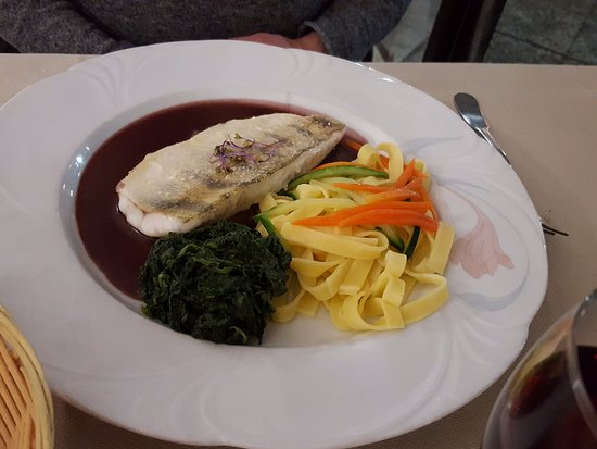 Châteauneuf, Frankrijk: Судак в винном соусе!! Маст хэв