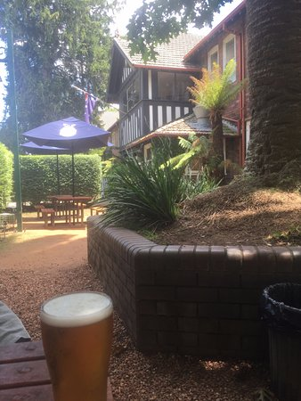 Bundanoon, Australia: relaxing with a beer in the outside garden