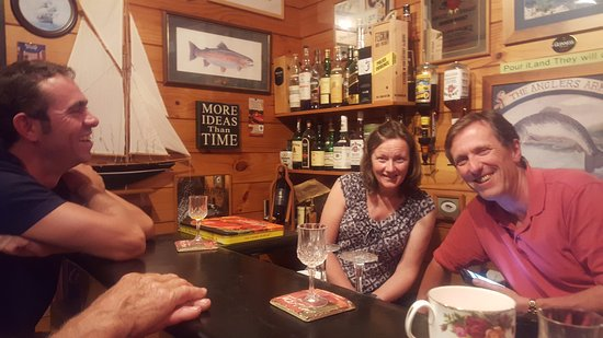 Mokoia Downs Estate B&B: In the bar with Mick and Teresa