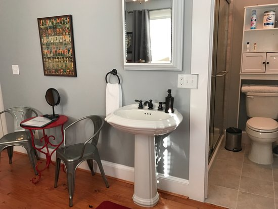 Bama Bed And Breakfast Campus: Sweet Home Alabama Suite Bathroom