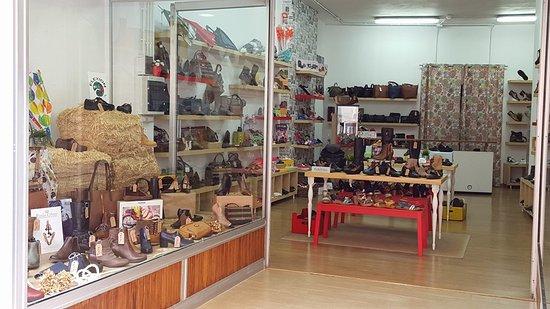 Icod de los Vinos, Spain: Amplia y luminosa. Todo lo que necesitas en calzado y complementos.