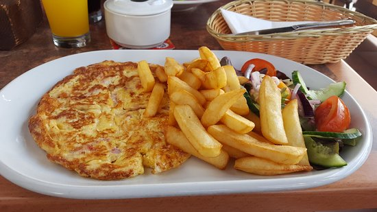 Friends Bar : Cheese and ham omelette, chips & salad. A plentyfull lunch !!
