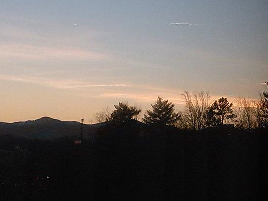 Sleep Inn West: Sunrise from room 322.