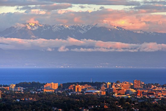 Saanich, แคนาดา: looking over the city towards the Olympic mountains