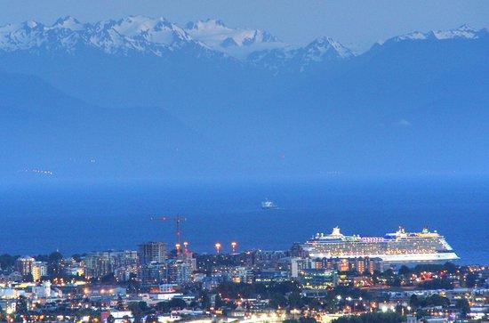 Saanich, แคนาดา: a cruise ship in port