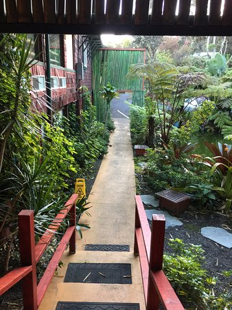 Chalet Kilauea: Quaint walkways and plants abound