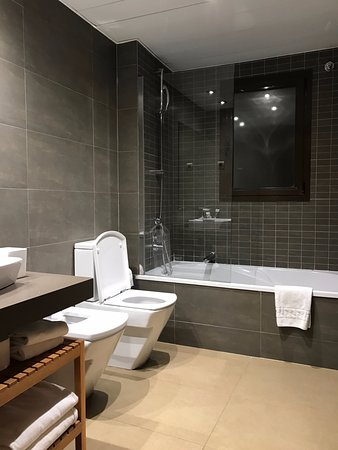 Up Suites Bcn: Bathroom of the En-suite Bedroom on 2/F