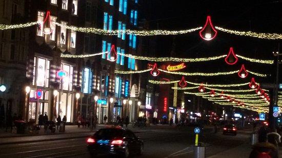 Hotel Amsterdam - De Roode Leeuw: Avenida Damrak vista nocturna desde el hotel